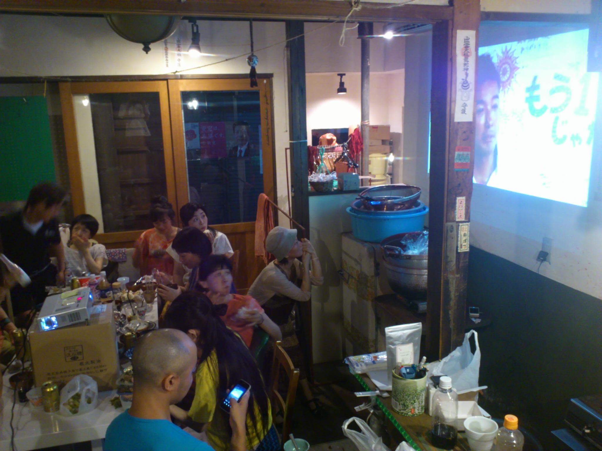 @冨貴工房。皆で集まって開票結果を見てます。『当選が目的ではない。ここが始まり』山本太郎さんに拍手◎