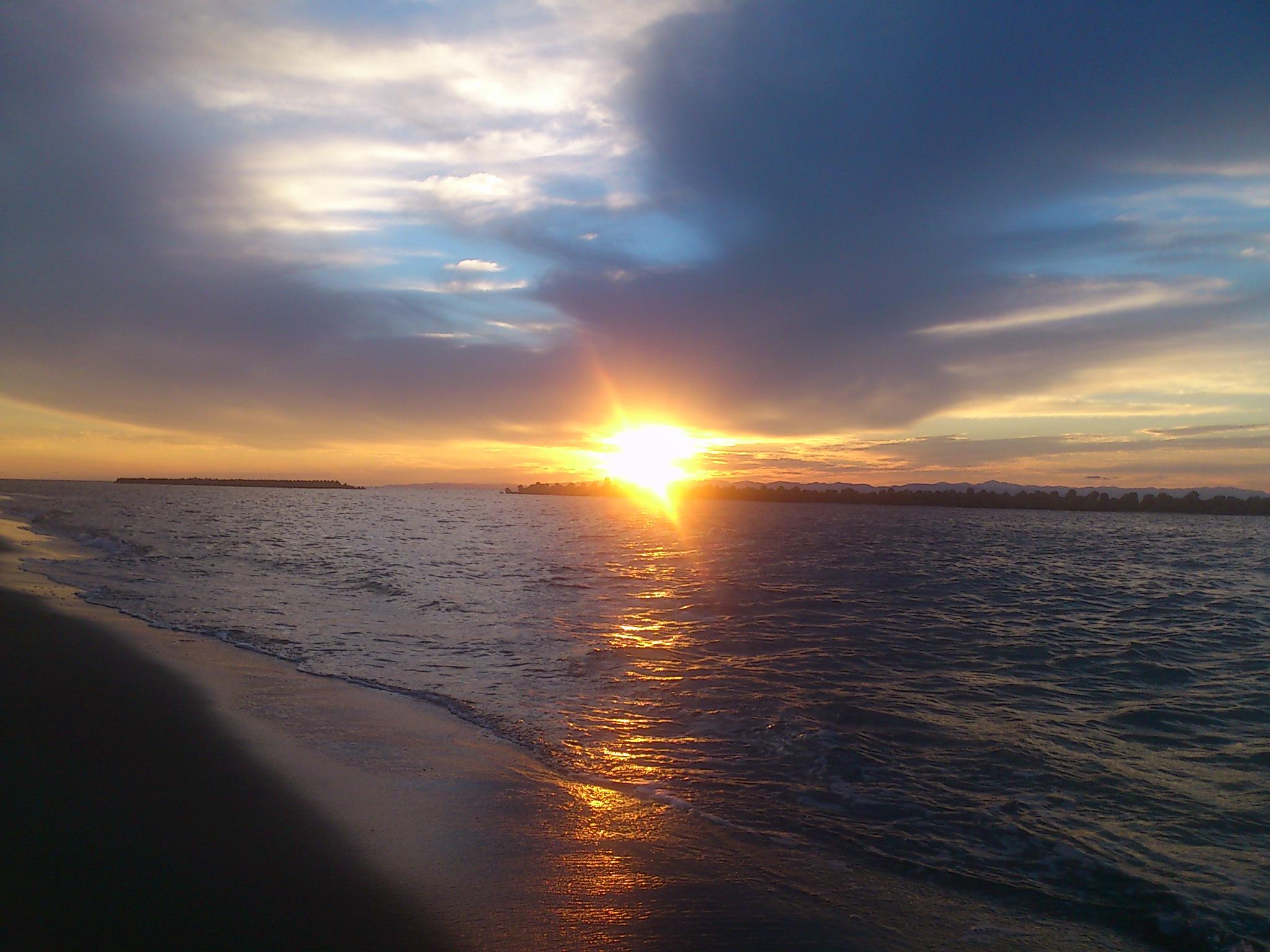 @新潟。小針浜の夕陽。茜さす、いにしの空。