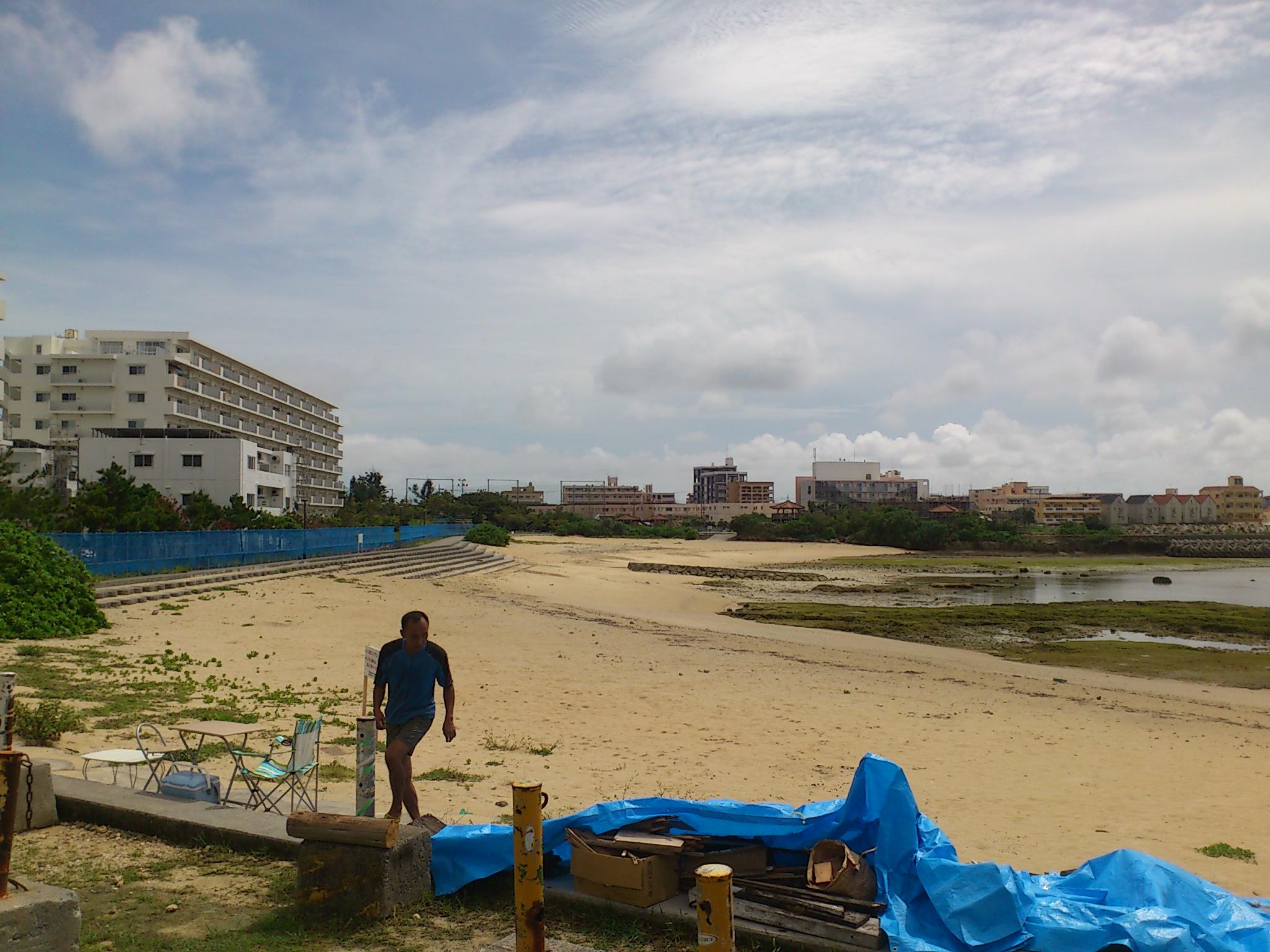 塩炊キャンプ@琉球。北谷町砂辺。薪は60年前に作られたサバニ。視界に広がる米軍用住宅街。命のチャランケ