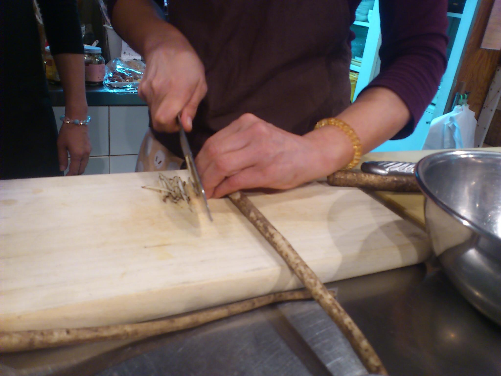 福岡。鉄火味噌作り@ベジガーデン。牛蒡人参蓮根を刻み豆味噌と合わせて弱火で炒めます◎土用初日の養生♪
