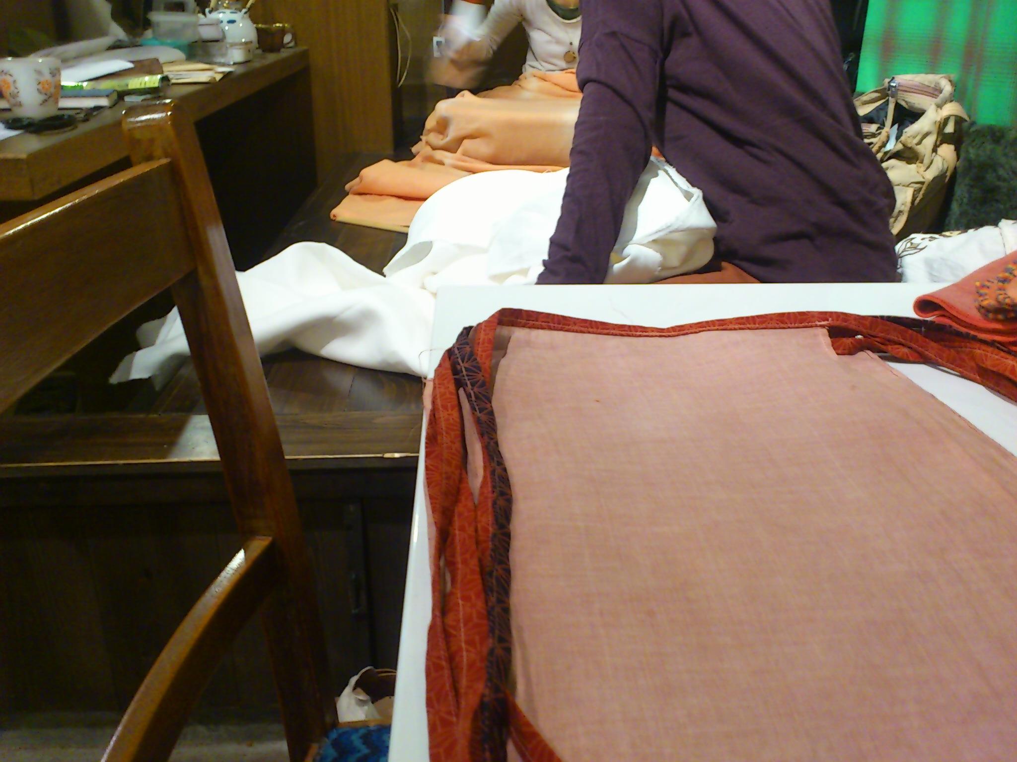久々に工房で作業。小豆色の茜染め麻褌は最近のマイフェイバリット◎