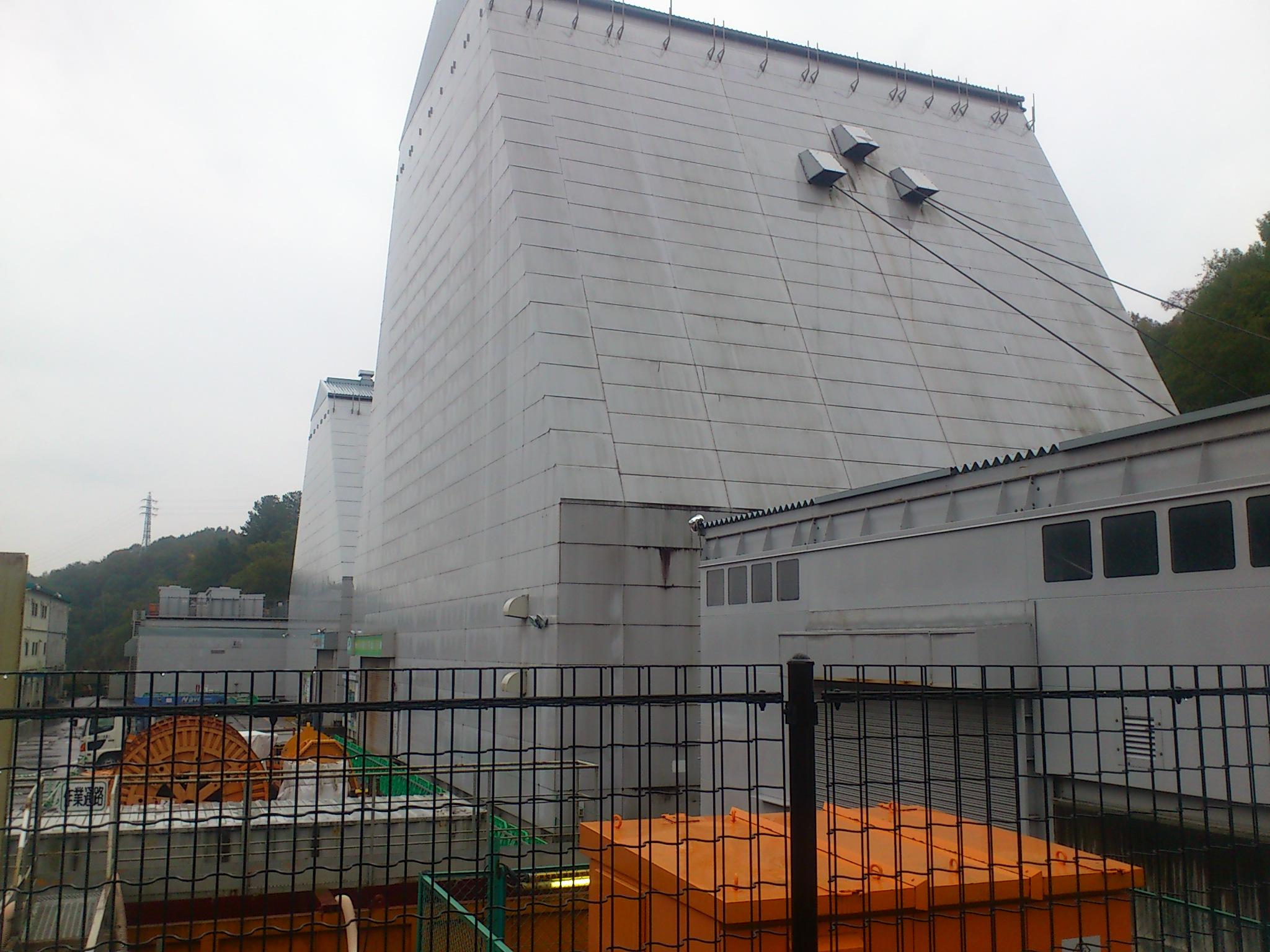 @瑞浪超深地層研究所。核廃棄物を埋める為の研究。すでに右建物地下に直径6m深さ500mの立坑を掘っています