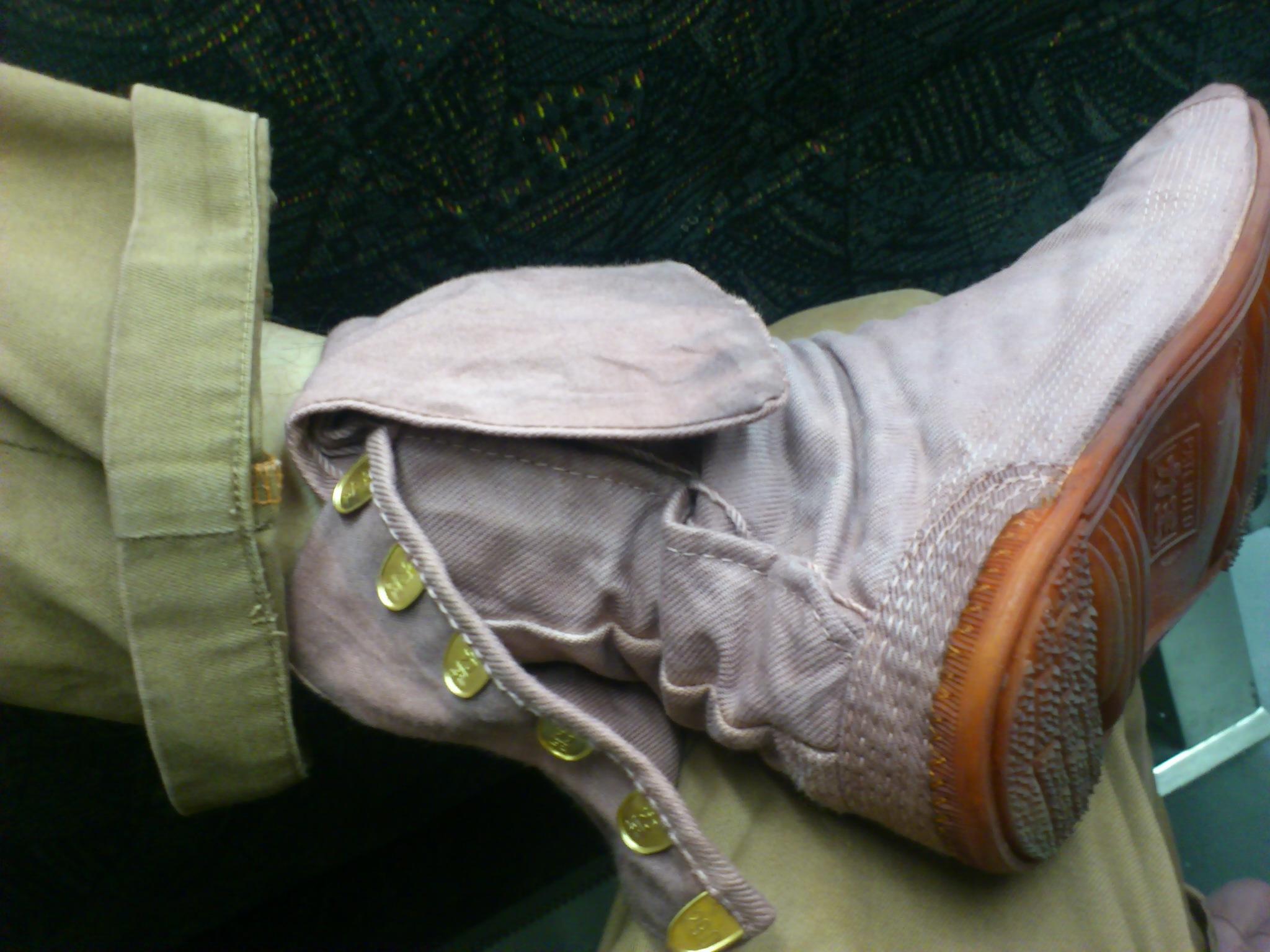足袋茜染め試作中。重ね染めしてたらブーツ風になってきた。こいつはまだ育つ。ちなみにズボンも育成中。