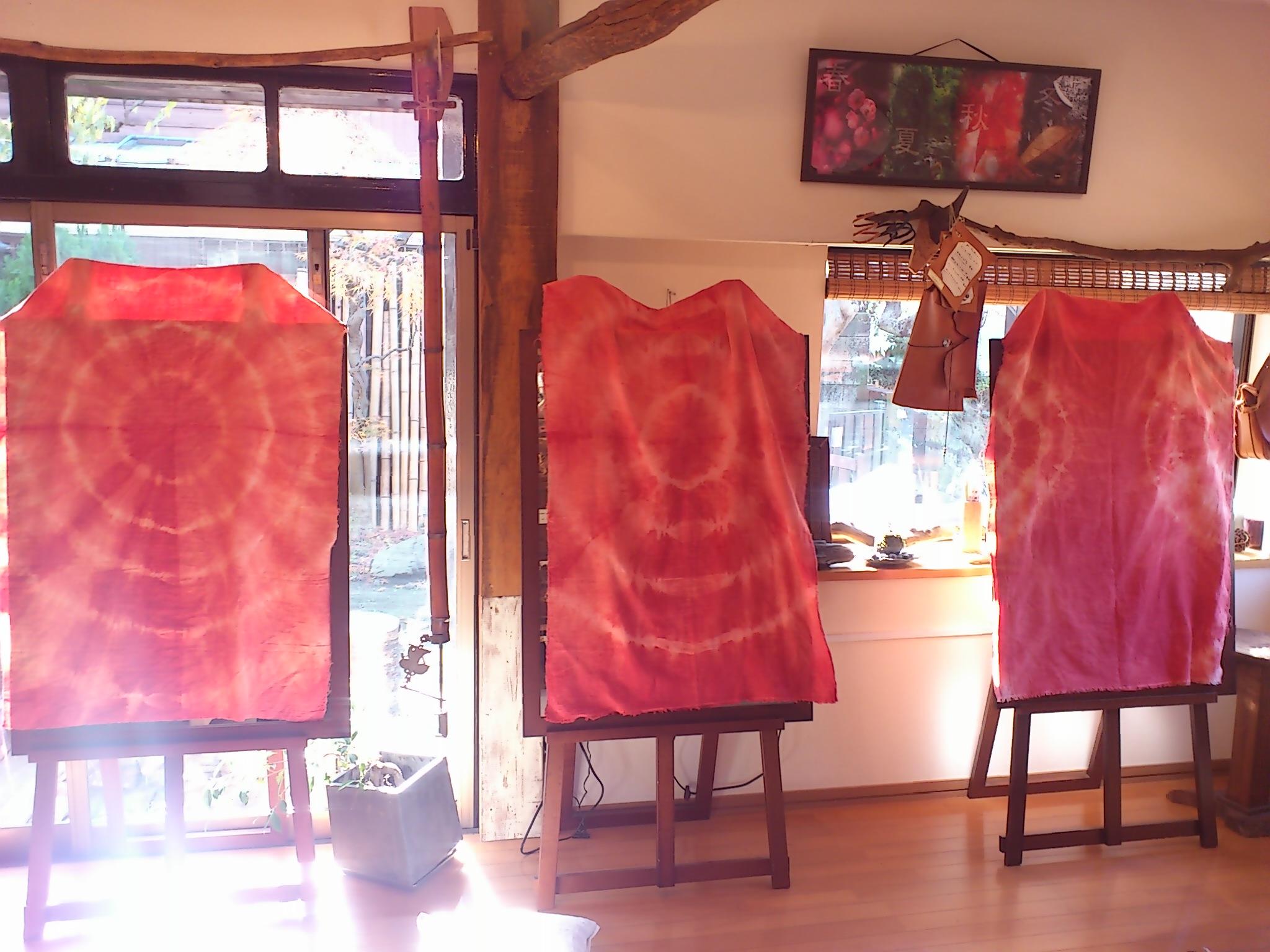 @SlowHairSalonGAKU。今から季節と養生ワークショップ。鏡台に茜染めの布を使ってもらっています。