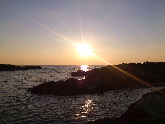 城ヶ島、晦の夕陽。此処で旧暦大晦に年越し塩炊き祭を行います。自然の巡りと恵みへ感謝を捧げる祭です。