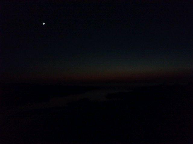 目映い宵の明星。見えないけど右下に冥王星。左上に海王星。沈んだ太陽の右下に月と水星と土星。