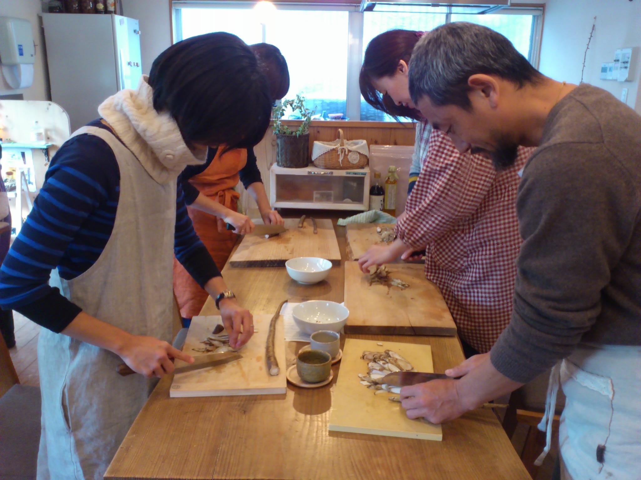 @福岡バンビの木箱。鉄火味噌作り。今日も麻炭を入れます。根気鍛える手仕事。五感と身体力を補充◎